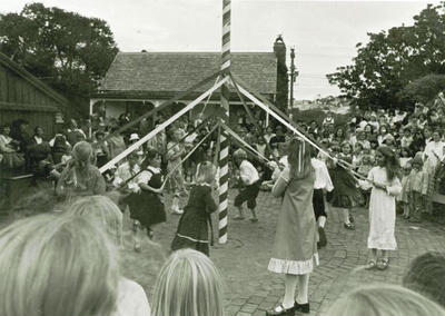 Live Days : dancing round the Maypole
