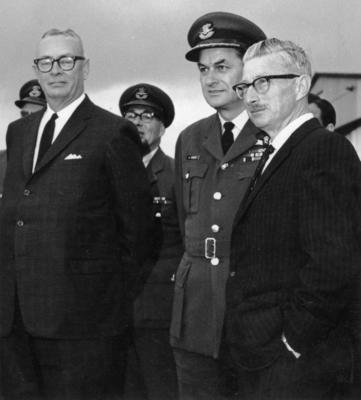Avro Lancaster : presentation of gun turret, Canadian High Commissioner, Group Captain C.L. Siegert and John Hogan.