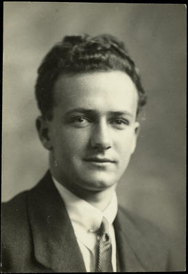 Black and white studio portrait of unidentified graduate of the Walsh Brothers Flying School