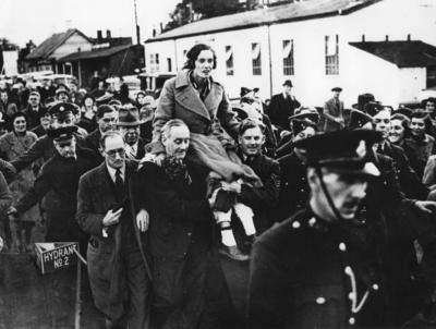 [Jean Batten being carried in a procession]