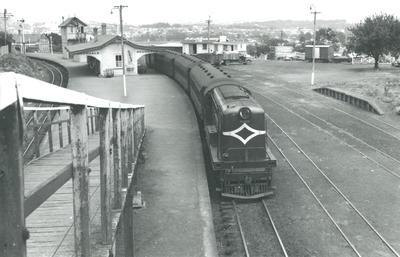 Diesel locomotive De 505 with suburban train to Henderson