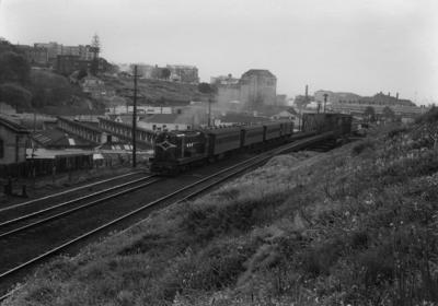 Diesel locomotive De 503 with suburban train, Parnell 1958