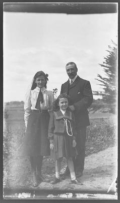 [Glass plate negative family photograph]