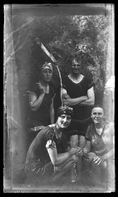 [Black and white glass plate negative of a group of unidentified people]
